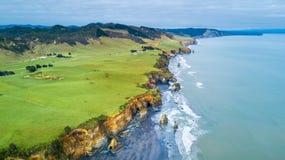 La vista aerea su una linea drammatica della costa di Tasman con le scogliere e le rocce si avvicinano a nuovo Plymouth Regione d Fotografie Stock