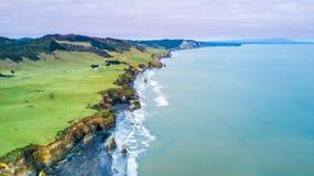La vista aerea su una linea drammatica della costa di Tasman con le scogliere e le rocce si avvicinano a nuovo Plymouth Regione d Fotografia Stock