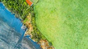 La vista aerea su una linea drammatica della costa di Tasman con le scogliere e le rocce si avvicinano a nuovo Plymouth Regione d Fotografie Stock Libere da Diritti