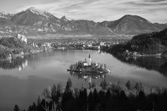 La vista aerea sul lago meraviglioso ha sanguinato dalla cima del fondo della collina in bianco e nero Fotografia Stock