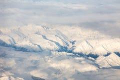 La vista aerea sulla neve ha ricoperto i alpes dall'aeroplano Immagini Stock Libere da Diritti