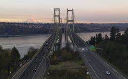 La vista aerea Tacoma restringe i ponti sopra Puget Sound il monte Rainier immagini stock libere da diritti