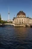 La vista al Bodemseum e la TV torreggiano su a Berlino Fotografie Stock