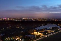La vista al centro de Estocolmo en la noche imagen de archivo