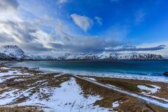 La vista al fiordo hermoso encendido lofoten las islas foto de archivo