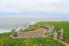 La vista al mar benches en el parque de estado de Montara del punto, California Imagenes de archivo