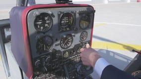 La vista al pannello di controllo dentro l'elicottero prima decolla Viti giranti Tiro della macchina fotografica dall'aeroplano archivi video