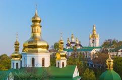 La vista al Pechersk Lavra si eleva a Kiev, Ucraina dorata Fotografia Stock Libera da Diritti