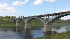 La vista al ponte attraverso il fiume Volga archivi video