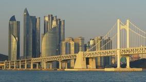 La vista al puente de Gwangan en la ciudad de Busán, Corea del Sur en puesta del sol se enciende almacen de metraje de vídeo