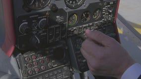 La vista al sistema del pannello di controllo dentro l'elicottero prima decolla Macchina fotografica dentro Mani pilota video d archivio