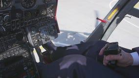 La vista alla manopola di comando pilota della tenuta e decolla sull'elicottero Macchina fotografica dentro Cabina pilota volo video d archivio