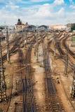 La vista alla stazione ferroviaria principale di Praga con molte ferrovie immagine stock libera da diritti