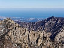 La vista alle belle montagne Immagine Stock
