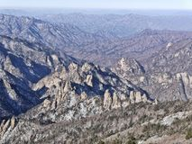 La vista alle belle montagne Immagini Stock