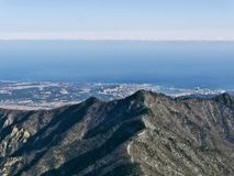 La vista alle belle montagne Fotografie Stock Libere da Diritti