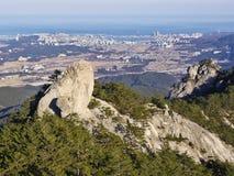 La vista alle belle montagne e città di Sokcho sui precedenti Fotografie Stock