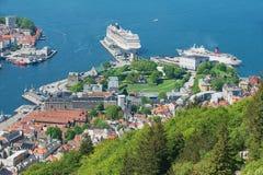 La vista alle navi da crociera harbor dalla collina di Floyen a Bergen, Norvegia Immagini Stock