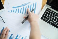 La vista antedicha de los datos financieros de los dicuss de la reunión de negocios Imagen de archivo
