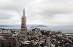 La vista areale sull'edificio di Transamerica e Coit si elevano il giorno nuvoloso a San Francisco Fotografie Stock
