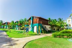 La vista asombrosa de los argumentos del hotel con el chalet contiene la situación en jardín tropical en día hermoso soleado Fotografía de archivo