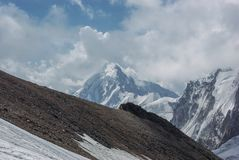 la vista asombrosa de montañas ajardina con la nieve, Federación Rusa, el Cáucaso, imagenes de archivo