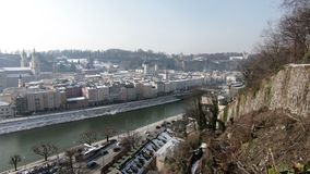 La vista attraverso il fiume di Salzach verso città del ` del ` del ` s di Salisburgo la vecchia stock footage
