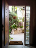 La vista attraverso la porta aperta nel patio Fotografia Stock