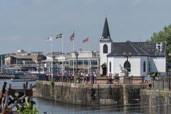 La vista attraverso la parte anteriore del porto, arti norvegesi della chiesa concentra alla priorit? alta immagini stock libere da diritti