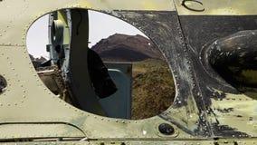 La vista attraverso un foro rotondo in un carro armato archivi video