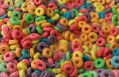 La vista cercana del azúcar cubrió el cereal condimentado con sabor a fruta con leche imágenes de archivo libres de regalías