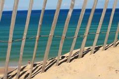 La vista con di legno recinta il giorno di estate caldo sull'Oceano Atlantico Immagini Stock