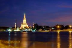 La vista crepuscolare Pra bombarda del tempio di Wat Arun Immagine Stock