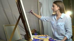 Castana Con Capelli Lunghi Disegna Un'immagine Su Tela Con ...