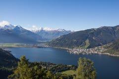 La vista da Mitterberg a Zell vede il lago Zell & Kitzsteinhorn Immagine Stock Libera da Diritti