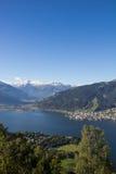La vista da Mitterberg a Zell vede il lago Zell & Kitzsteinhorn Immagini Stock Libere da Diritti