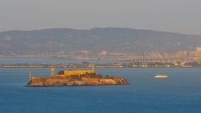 La vista dai tre-quarti anteriori della batteria dell'isola di alcatraz a San Francisco al tramonto immagine stock
