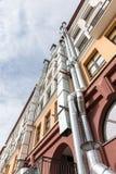 La vista dal basso sulla costruzione di appartamento con la ventilazione convoglia Fotografie Stock Libere da Diritti