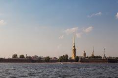 La vista dal fiume di Neva sulla fortezza di Paul e di Peter a St Petersburg Immagine Stock