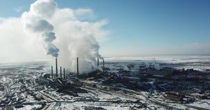 La vista dal fuco della città e della fabbrica Fumo pesante che viene dai tubi stock footage