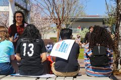 La vista dal gruppo retro- di studenti si siede alla cabina per azione della domanda degli studenti a marzo per Fotografia Stock Libera da Diritti