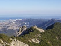 La vista dal picco alle belle montagne Fotografia Stock Libera da Diritti