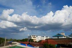 La vista dal tetto, cielo blu piacevole del buon tempo ha più nuvola Fotografia Stock