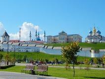 La vista dall'argine al Cremlino di Kazan con le chiese e Kol Sharif Mosque Immagine Stock