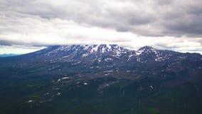 La vista dall'elicottero sulle montagne e sui vulcani di Kamchatka Krai, Russia video d archivio