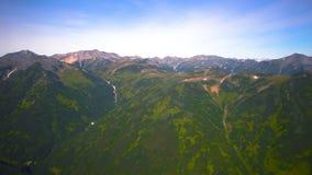 La vista dall'elicottero sulle montagne e sui vulcani di Kamchatka Krai, Russia stock footage