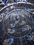 La vista dall'interno di un albero di Natale acceso Immagini Stock Libere da Diritti