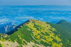 La vista dall'più alta montagna nella città nella valle, Th Fotografia Stock