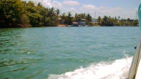 La vista dalla barca che fa le onde viaggia sul fiume di Kalu Ganga nello Sri Lanka video d archivio