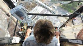 La vista dalla cabina di guida di una gru di costruzione archivi video